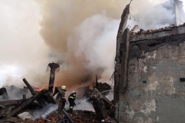 Жители жаловались на неприятный запах и дым.