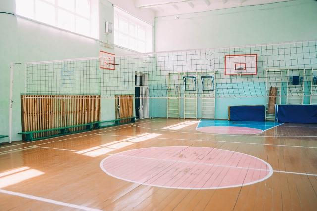 В спортзале угранской школы требуется постелить на пол новое современное покрытие.