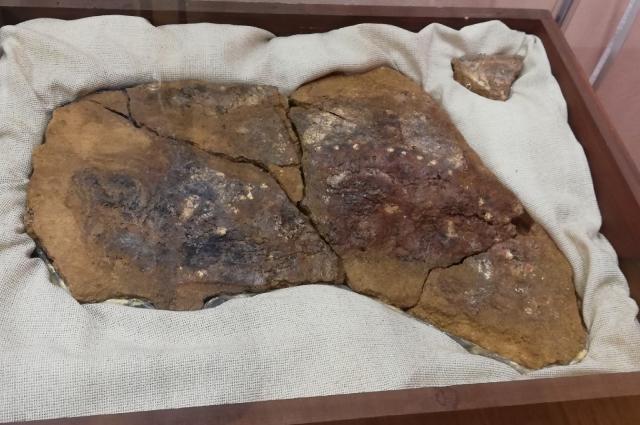 В одном из погребений скандинавского типа Старовознесенского некрополя были обнаружены остатки доски с живописью