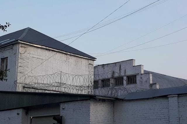 Горожане требуют лишить заключенных ежедневных прогулок.