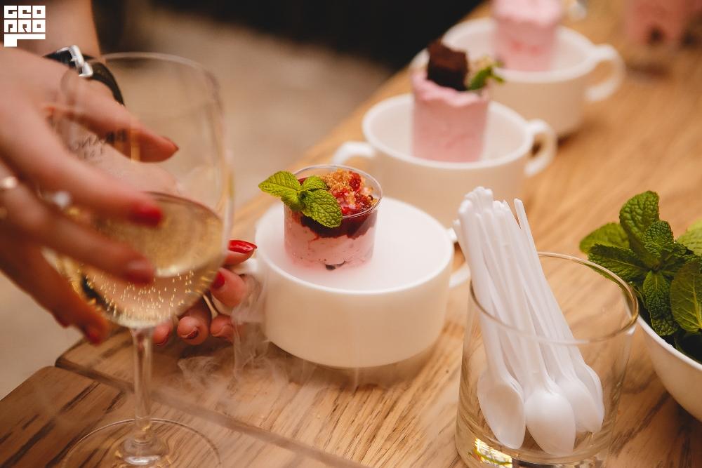 Гости могли сами приготовить десерты под присмотром шеф-повара.