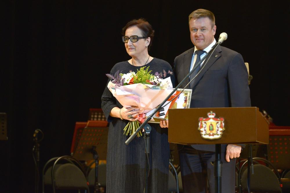 мама Дины Ивановой с губернатором