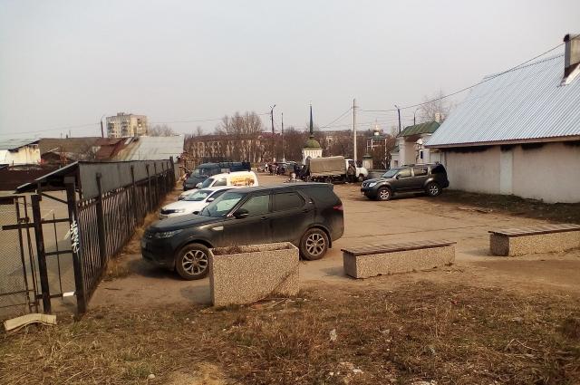 Парковка близ рынка в центре Твери.