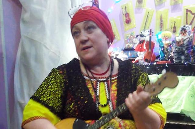 Гостям музея Ирина Алексеева не только покажет коллекцию, но и сыграет на народных инструментах.