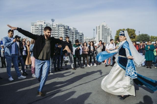 Богатство народных танцев, самобытность песенных мелодий, разнообразие музыкальных инструментов, поэзия в исполнении - все это было представлено на одной сцене для того, чтобы познакомить жителей России с душой Северного Кавказа и показать, что в единстве народов - сила страны