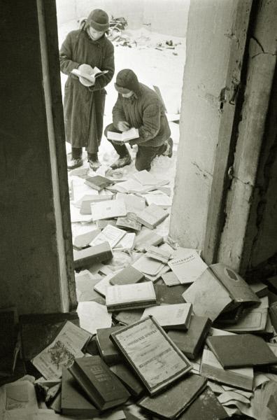 Солдаты рассматривают книги, разбросанные на полу библиотеки музея-усадьбы писателя Л. Н. Толстого в Ясной Поляне. 1941 год