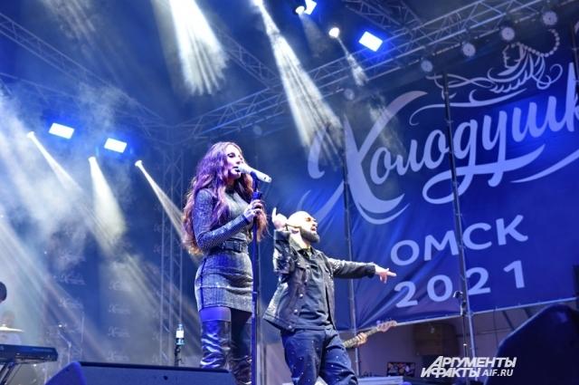 Вечером для омичей на Соборной площади выступал популярный дуэт Artik&Asti.