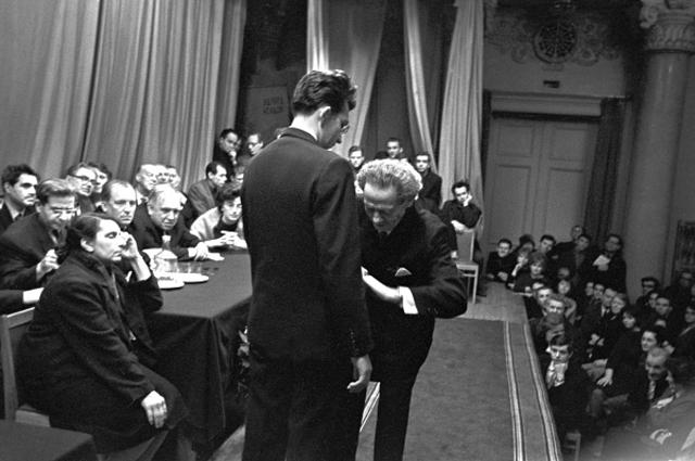 Вольф Мессинг во время оного из психологических сеансов. 1966 год