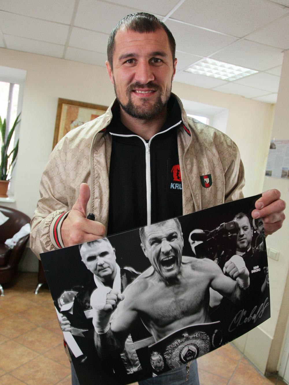 Сергей Ковалёв всегда с радостью раздаёт автографы фанатам.
