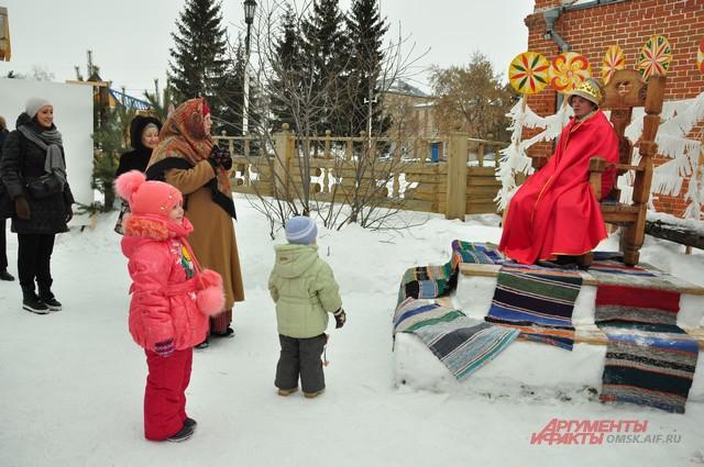 В Гости к Дедушке Морозу приезжают со всей области.
