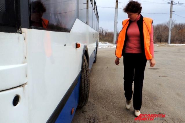 Светлана Иовенко делает внешний осмотр троллейбус на предмет обнаружения посторонних предметов.
