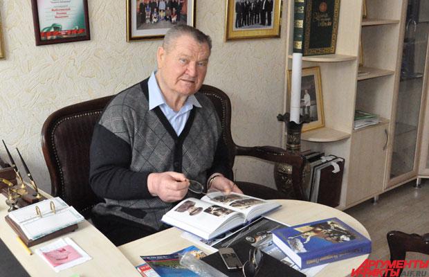 Было и думы - Леонид Иванович в своём кабинете.