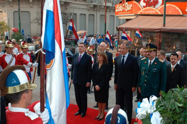 Министр иностранных дел России Сергей Лавров возложил венки парагвайским национальным героям и русским офицерам, павшим во время Чакской войны, город Асунсьон, Республика Парагвай. 2007 год