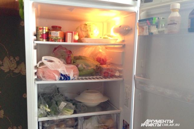 Волонтеры и сами жильцы приюта следят за тем, чтобы холодильник всегда был полон съестного.