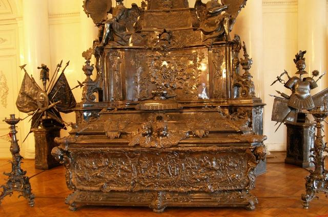 В XIIX веке император Петр I распорядился перевезти мощи в Петербург.