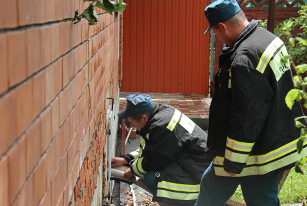 Специалисты очищают водостоки частных домов.