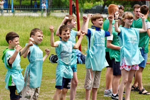 По окончании соревнований дети получали в подарок спортивные принадлежности  для игр на свежем воздухе: бадминтон, фрисби, мячи для волейбола, футбола и гандбола, ролики и скейтборды.
