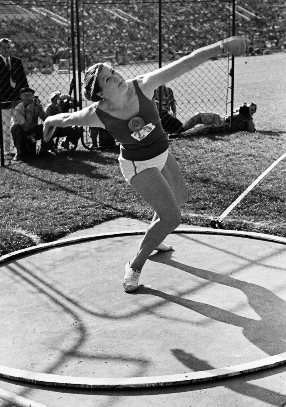 Международные соревнования по легкой атлетике между командами СССР и ФРГ в 1959 году. Победительница в метании диска, чемпионка СССР Нина Пономарева.