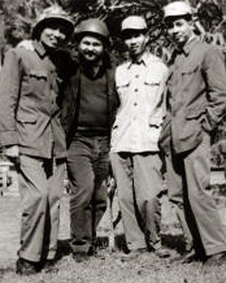 Юлиан Семенов с партизанами Лаоса, 1968 г.