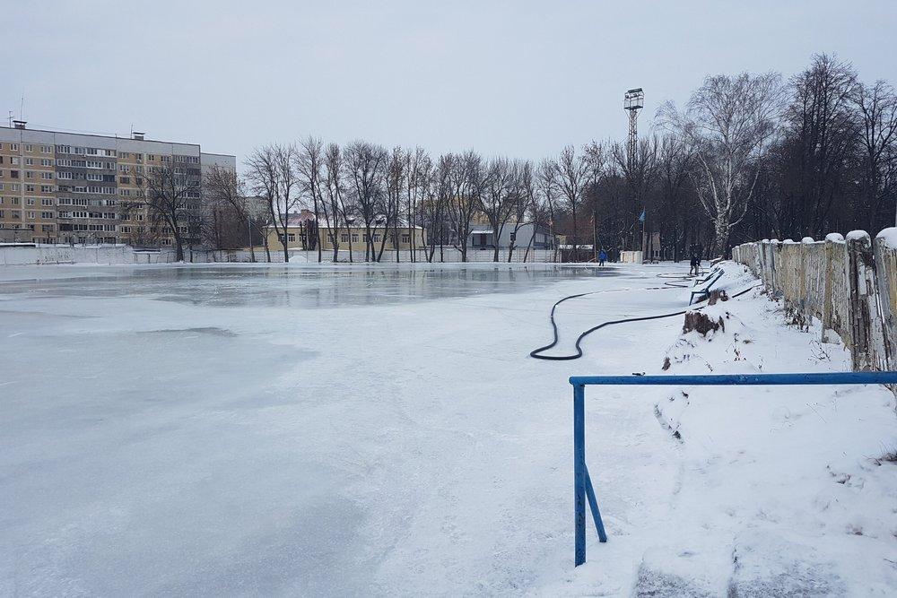 Для катка водой залили футбольное поле и беговую дорожку.
