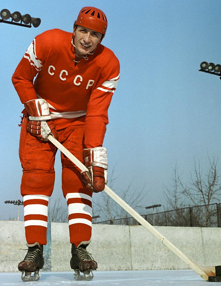 Нападающий сборной команды СССР по хоккею Александр Якушев, 1969 г.