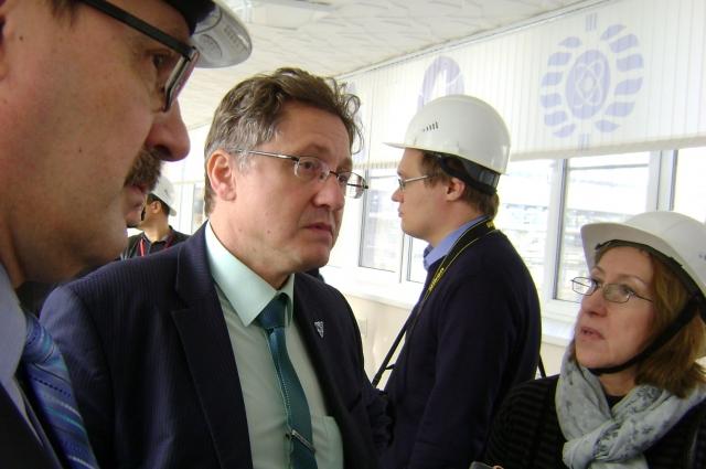 Начальник смены Вадим Сотников и начальник Управления информации и общественных связей РоАЭС Вадим Койнов проводят экскурсию для журналистов.