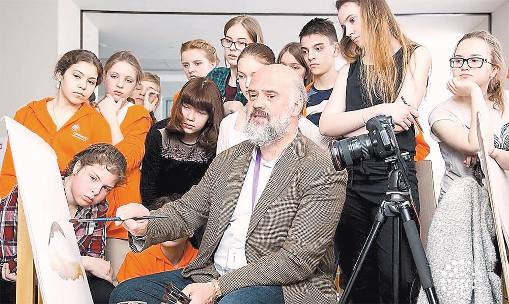 Народный художник РФ Сергей Андрияка постоянно даёт ученикам  «Сириуса» уроки акварели.