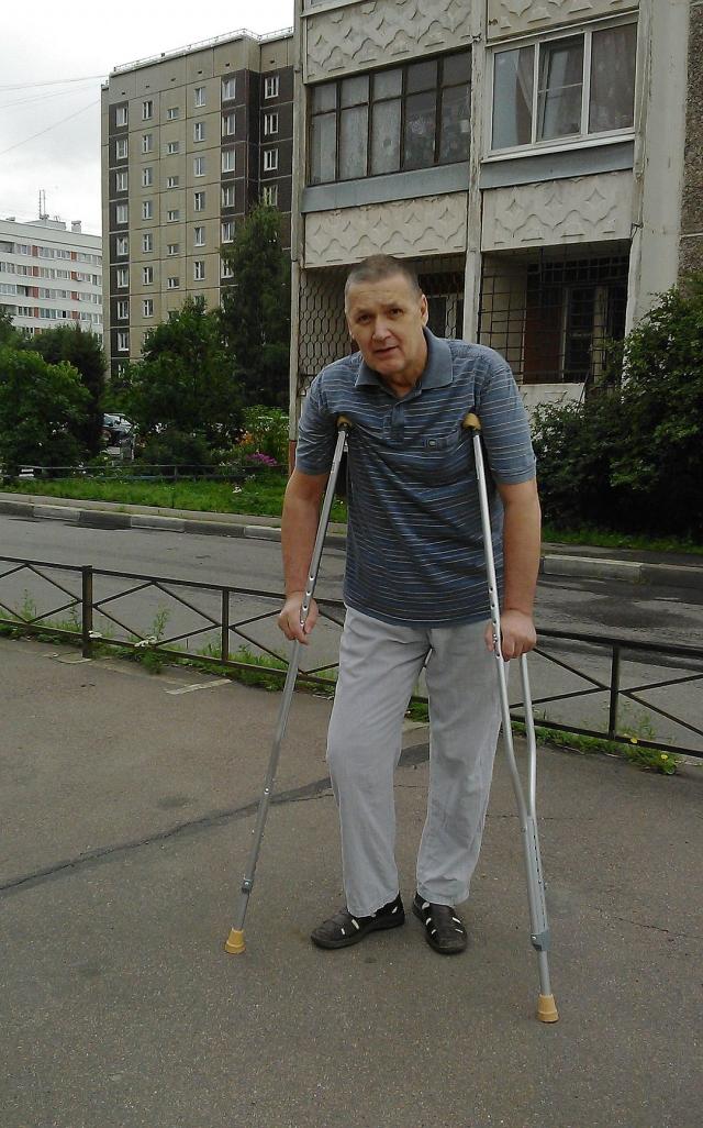 Сейчас Александр заново учится ходить.