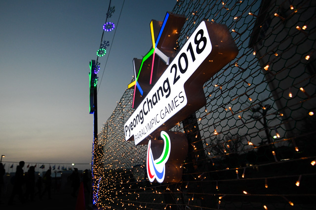 Символика Паралимпийских игр у Олимпийского стадиона в Пхенчхане.
