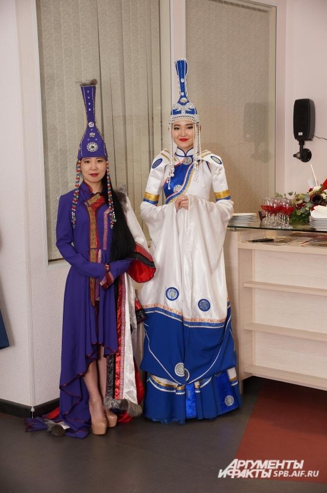 Девушки-официантки облачились в национальные костюмы.