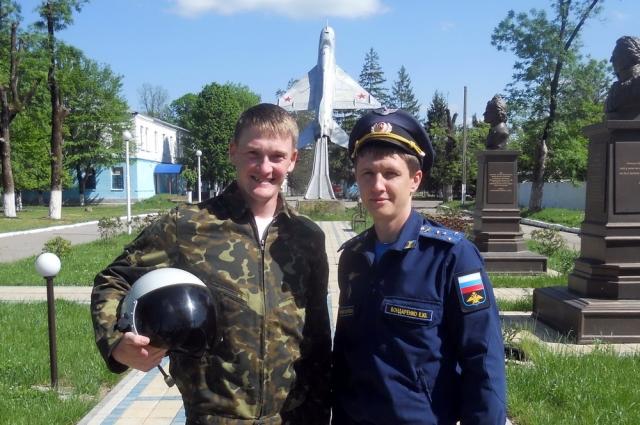 Михаил Еманов с лётчиком-инструктором учебной авиабазы Майкопа Евгением Бондаренко.
