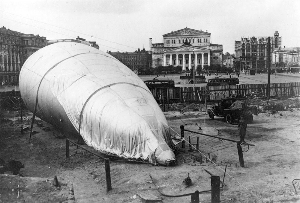 Аэростат на площади Свердлова в Москве. 1942 г.
