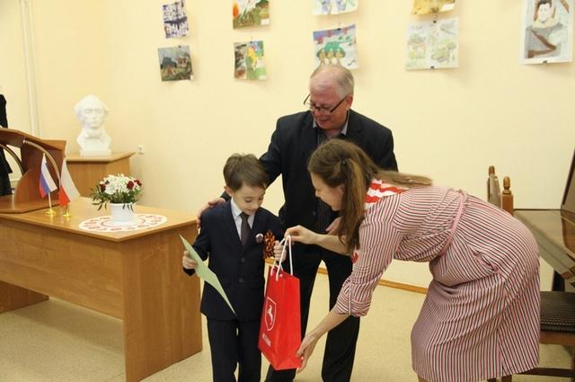 Юные художники получили от гостей подарки.