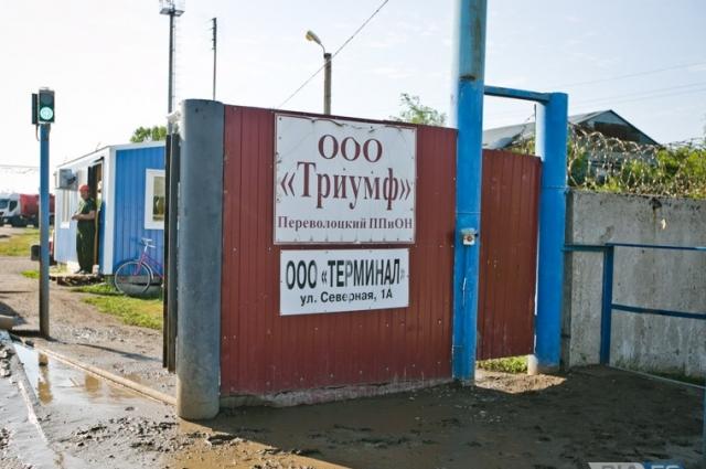 Вместе с ответственными службами Александр Самбурский осмотрел производственные площадки ООО «Триумф», а также подъездные пути железнодорожной станции посёлка, где идёт разгрузка нефти.