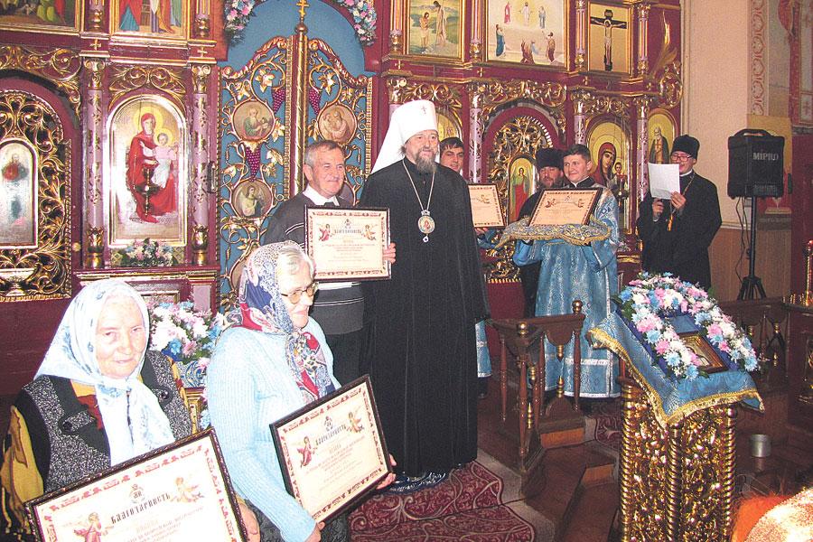 Митрополит Иоанн наградил прихожан Архиерейскими благодарственными грамотами.