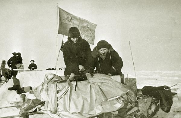 Полярные исследователи Пётр Ширшов и Иван Папанин укладывают на нарты имущество жилого домика на дрейфующей станции СП-1 . 1937 год