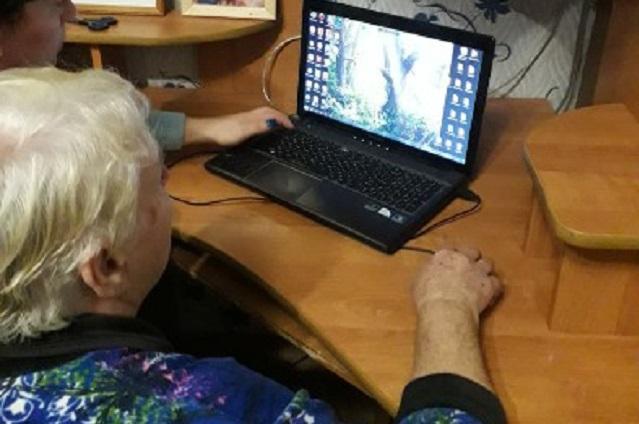 Пожилым людям помогают осваивать компьютер и социальные сети.