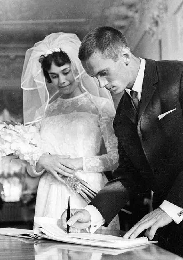 Зинаида Дружинина и Михаил Воронин во время церемонии бракосочетания.
