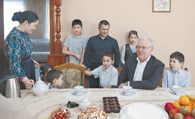 Супруги напоили губернатора чаем и показали дом.