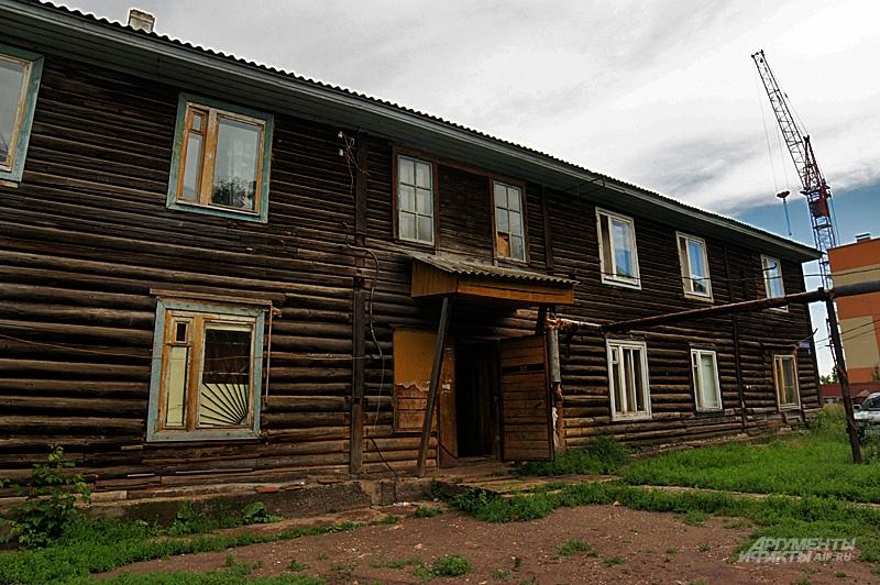 Старый барак находится в центре посёлка