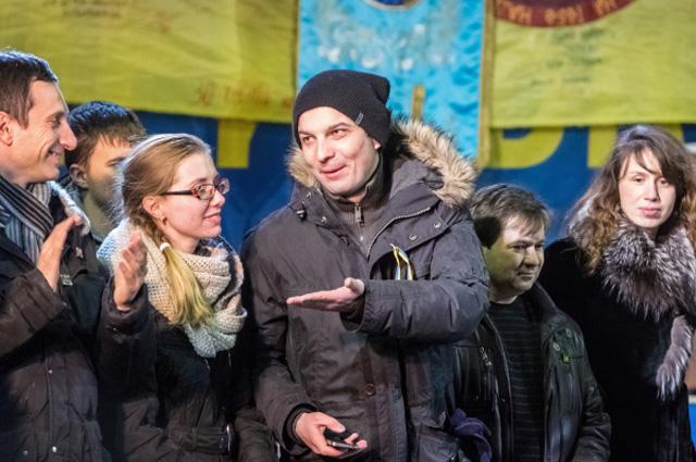 Глава Комитета по люстрациям, активист Егор Соболев (в центре) на площади Независимости в Киеве
