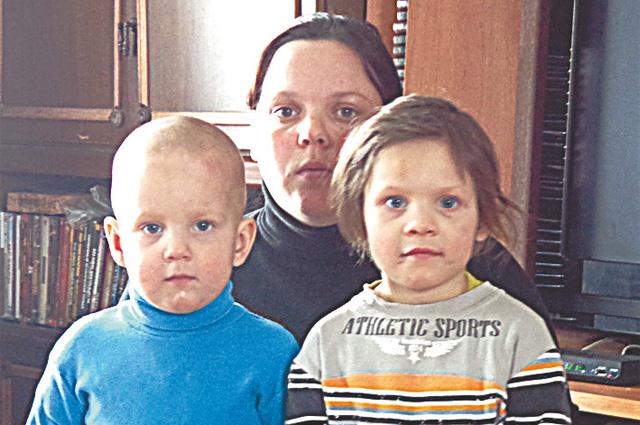 Маленькая спасительница Юля (справа) с братиком Димой и мамой Надеждой