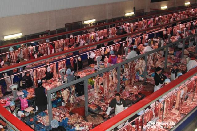 Свежее мясо на рынке всегда пользуется спросом у горожан.