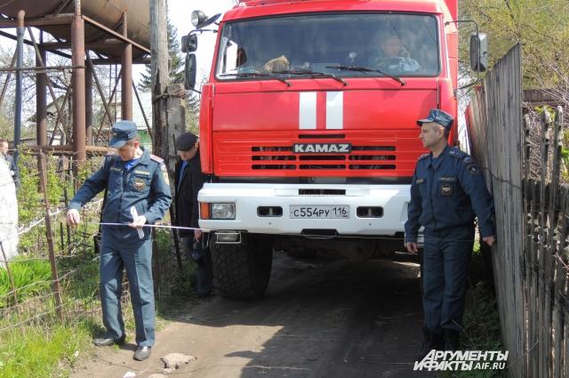 Во многих дачных товариществах не выдерживается ширина проезда для пожарной техники.