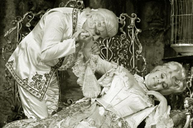Александр Ширвиндт в роли графа Альмавивы и Вера Васильева в роли графини в спектакле Женитьба Фигаро по пьесе Бомарше. 1977 год
