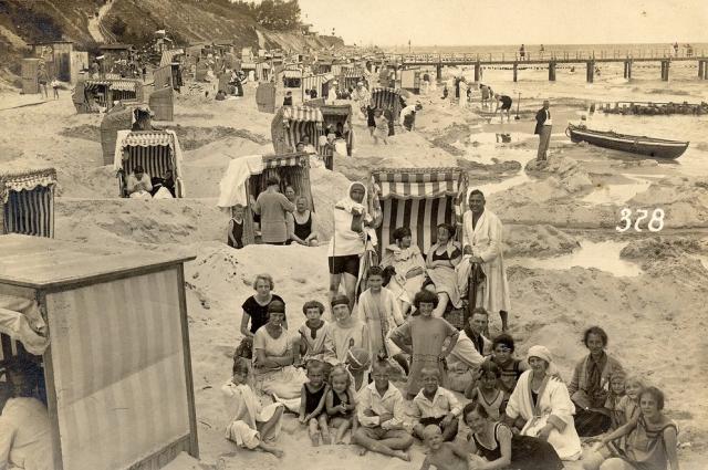 Но многие, как и сейчас, предпочитали отдых на пляже.