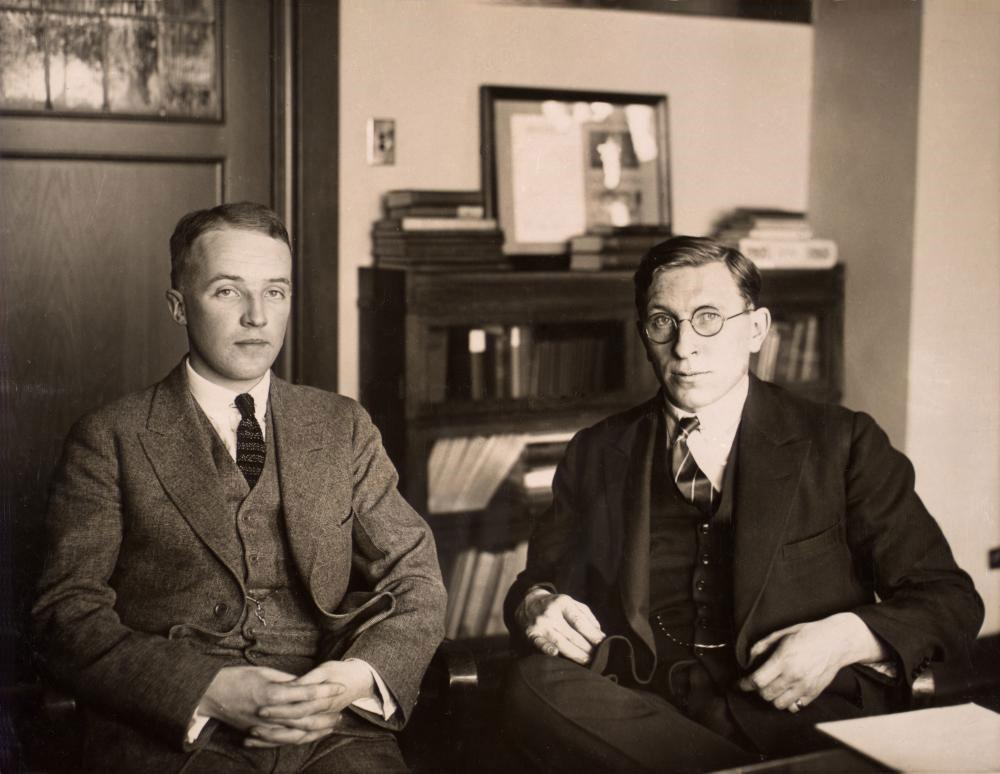 Фредерик Бантинг (справа) со своим ассистентом Чарлзом Гербертом Бестом. Фото: Public Domain