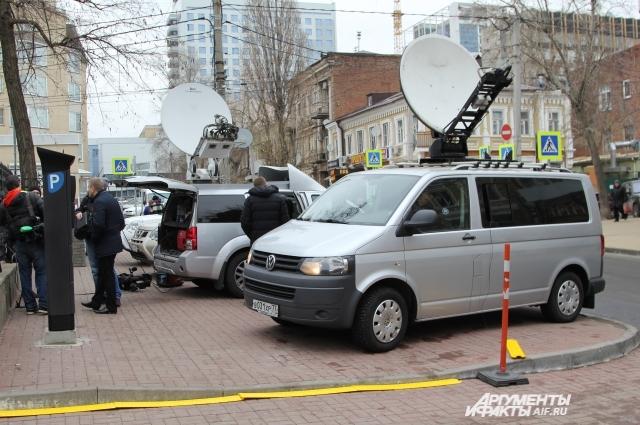 Прямая трансляция велась телеканалами и в интернет.