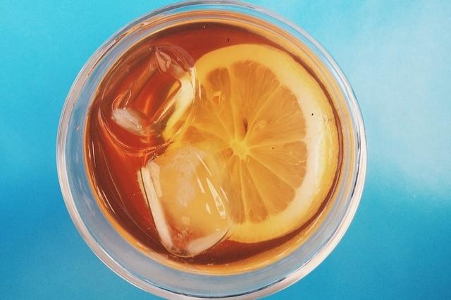 Чай со льдом - прекрасное средство от жары.