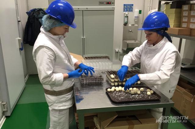 Только в цехе конфет ручной работы сотрудникам разрешено прикасаться к шоколаду.